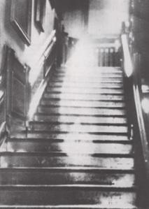 """Uma das mais célebres fotografias de """"fantasmas"""". Foi tirada em Raynham Hall, em Inglaterra, em 1936,"""